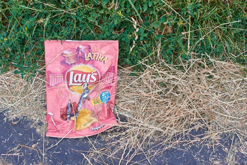 Kursk, Russia, 24 06 2019: Immondizia abbandonata dalla gente in natura - imballaggio di plastica, sacchetti di plastica immagine stock libera da diritti