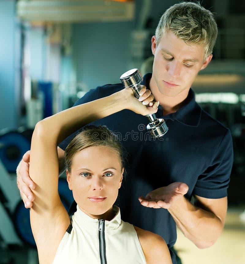 Kursleiter in der Gymnastik stockbilder