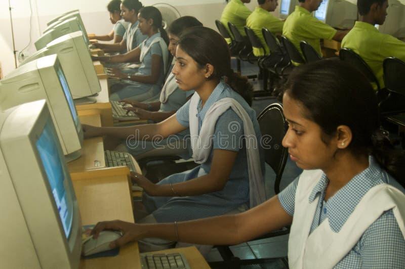 Kursteilnehmer, der Computer verwendet stockfotografie