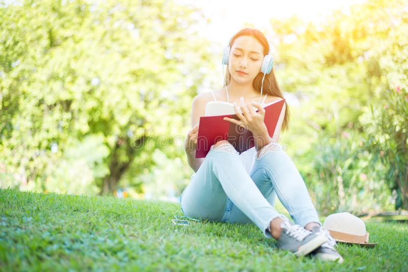 Kursteilnehmer, der ein Buch im Park liest lizenzfreie stockfotografie