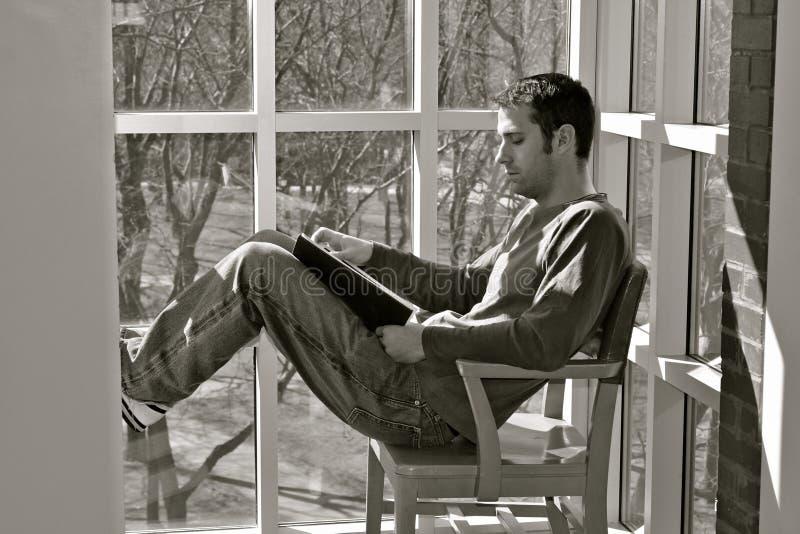 Kursteilnehmer, der ein Buch liest stockfotografie