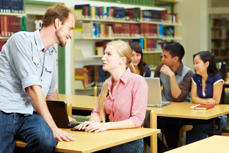 Kursteilnehmer in der Hochschule lizenzfreie stockfotos