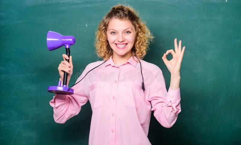 Kursteilnehmer der ?lteren Kategorie f?hrt die ersten Lektionkinder Aufkl?rungskonzept Kreativit?t und Inspiration Leuchten Sie P stockfotografie