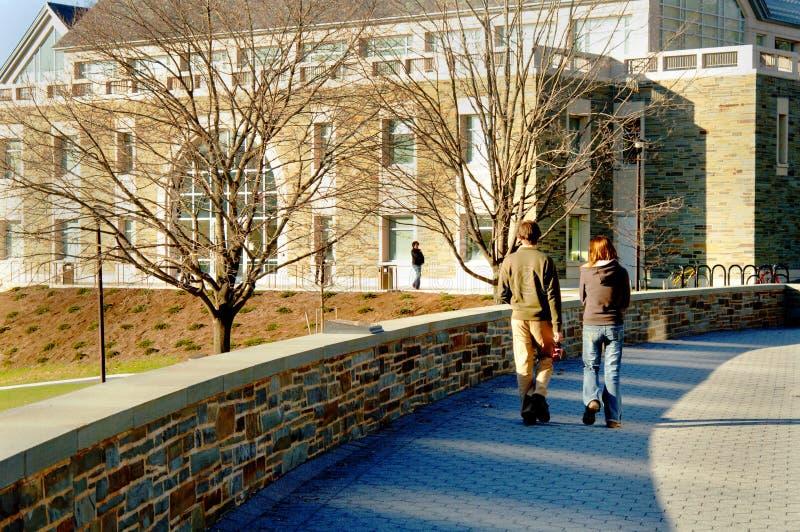 Kursteilnehmer, die auf Campus gehen lizenzfreies stockbild
