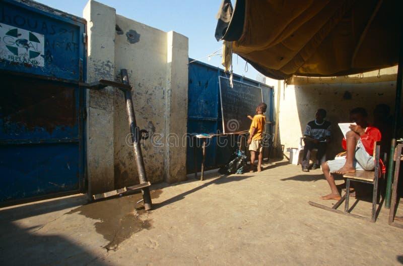 Kursteilnehmer, die in einem behelfsmäßigen Klassenzimmer, Angola studieren lizenzfreies stockfoto