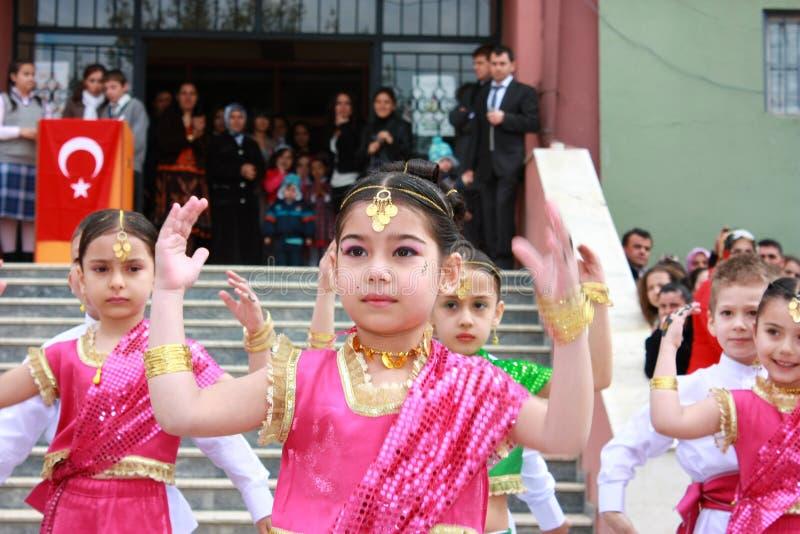 Kursteilnehmer, die in indische Kostüme für 23. April tanzen lizenzfreie stockbilder