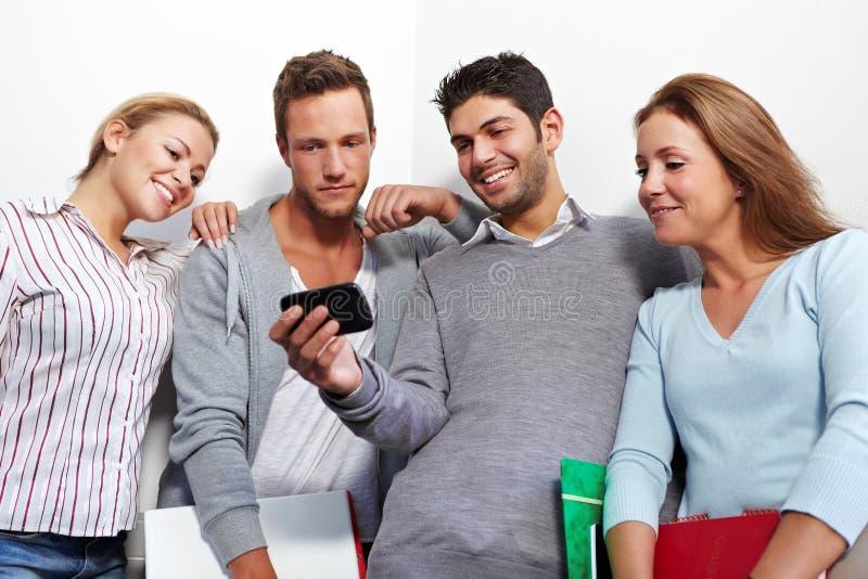 Kursteilnehmer, die smartphone überprüfen lizenzfreie stockfotos