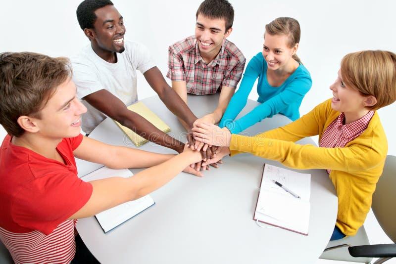 Kursteilnehmer, die zusammen Einheit mit ihren Händen zeigen lizenzfreies stockbild