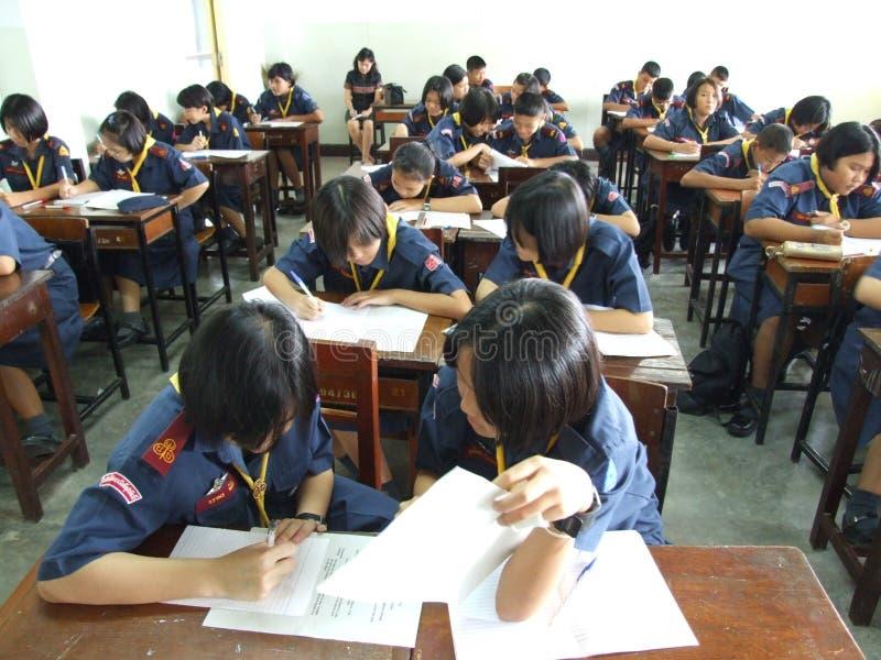 Kursteilnehmer in einer Schule in Bangkok, Thailand. stockbild