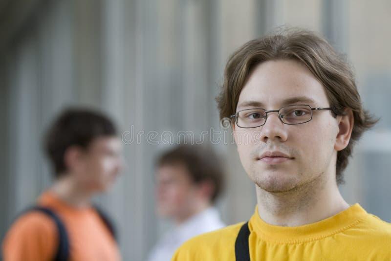 Kursteilnehmer im gelben Hemd stockfoto
