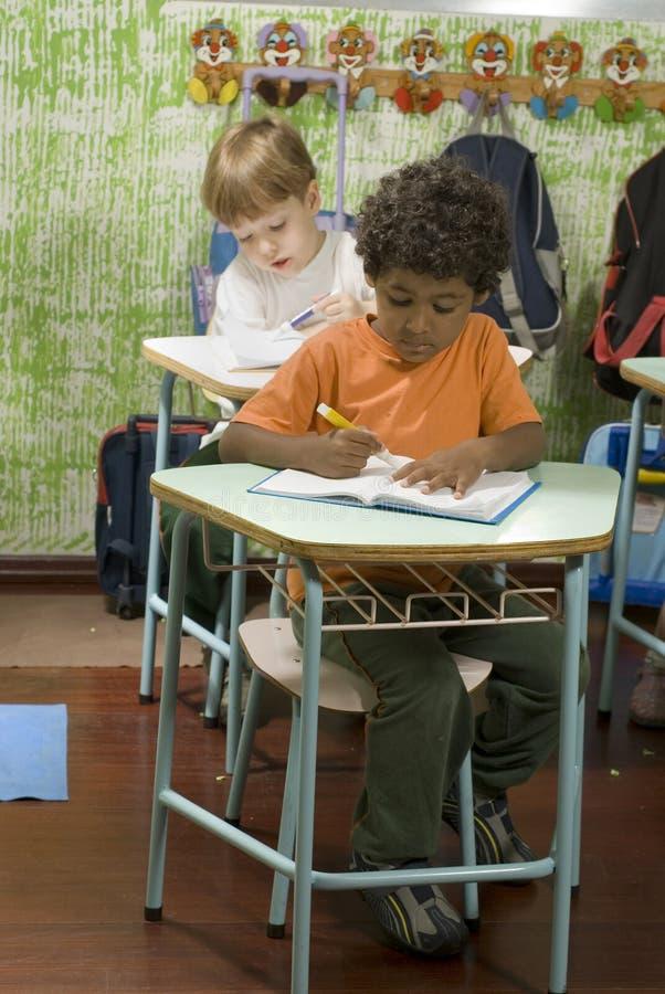 Kursteilnehmer im Klassenzimmer lizenzfreie stockbilder