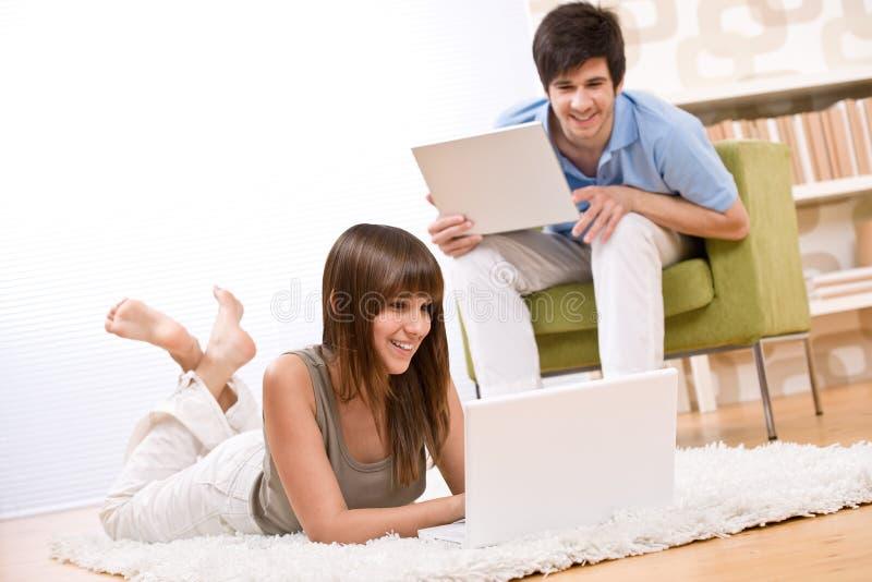 Kursteilnehmer - Jugendlicher zwei mit Laptop im Wohnzimmer stockfoto