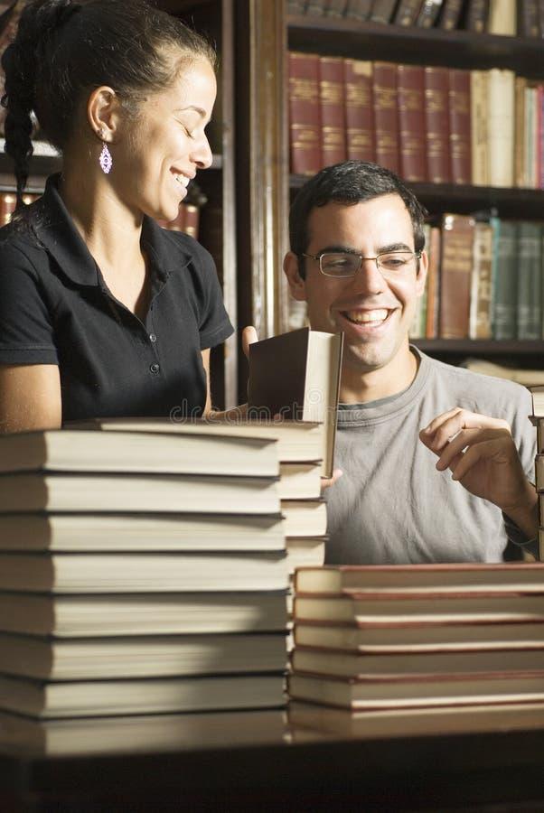 Kursteilnehmer mit Büchern stockfotografie