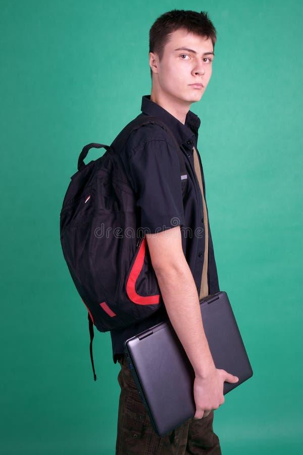 Kursteilnehmer mit Laptop und Rucksack lizenzfreies stockbild