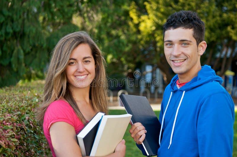 Kursteilnehmer mit Textbüchern stockfotografie