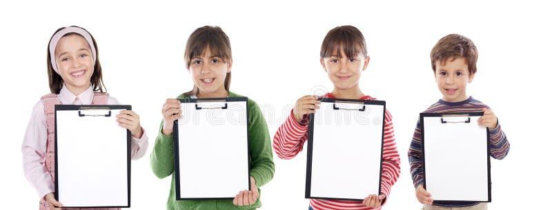 Kursteilnehmer mit vier schönen Kindern lizenzfreie stockfotos