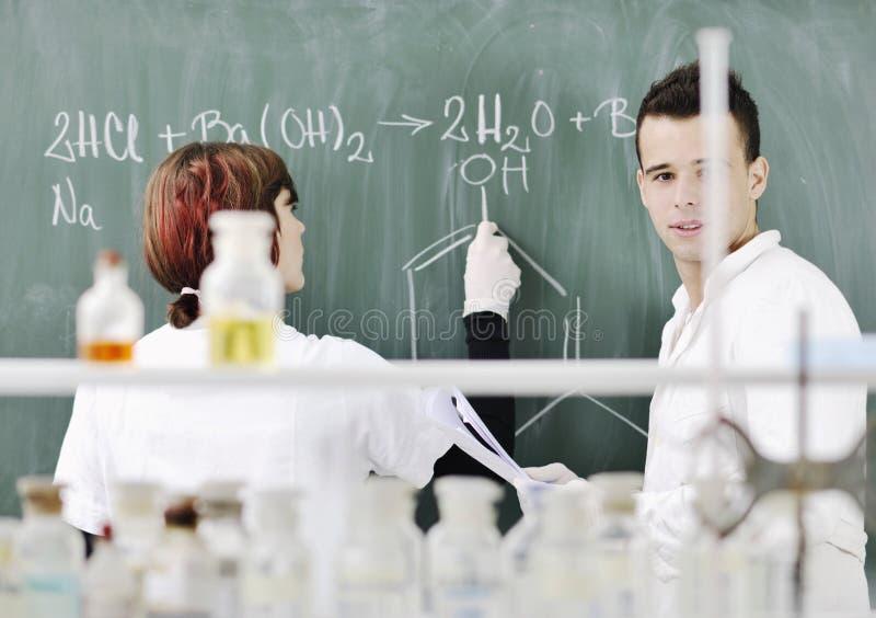 Kursteilnehmer verbinden im Labor lizenzfreies stockfoto