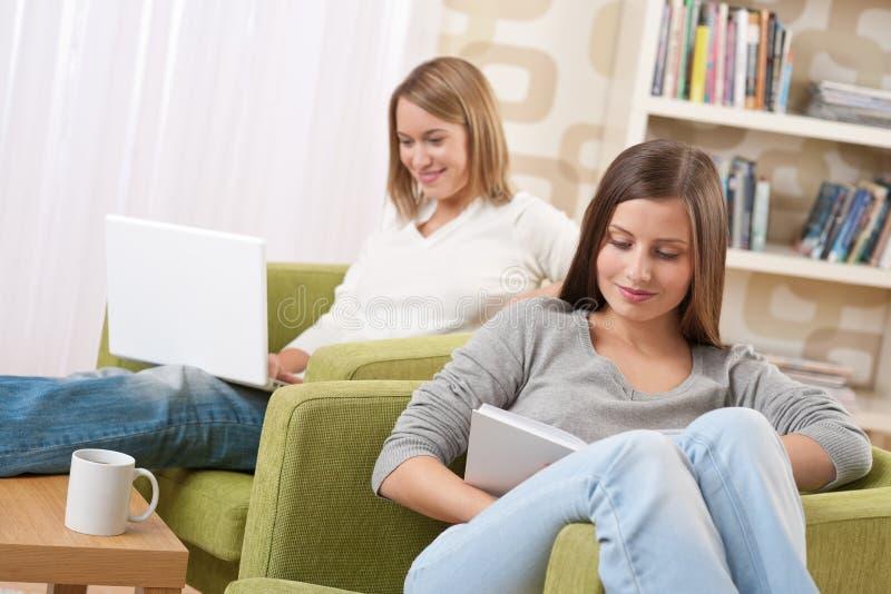 Kursteilnehmer - zwei Jugendlichen mit Laptop und Buch lizenzfreie stockbilder