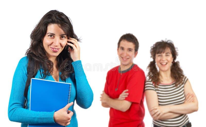 Kursteilnehmerfrau, die mit Telefon spricht lizenzfreies stockfoto