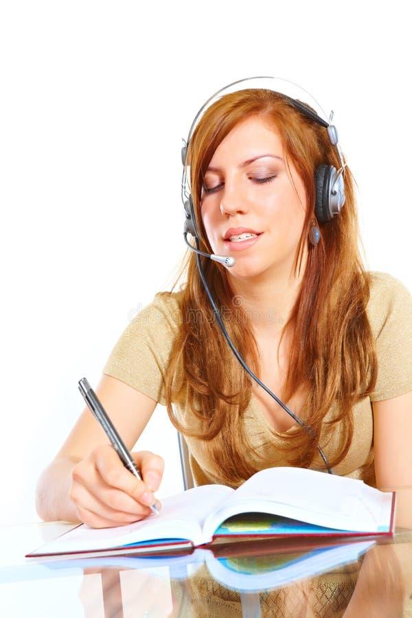 Kursteilnehmermädchen mit Kopfhörern stockfoto
