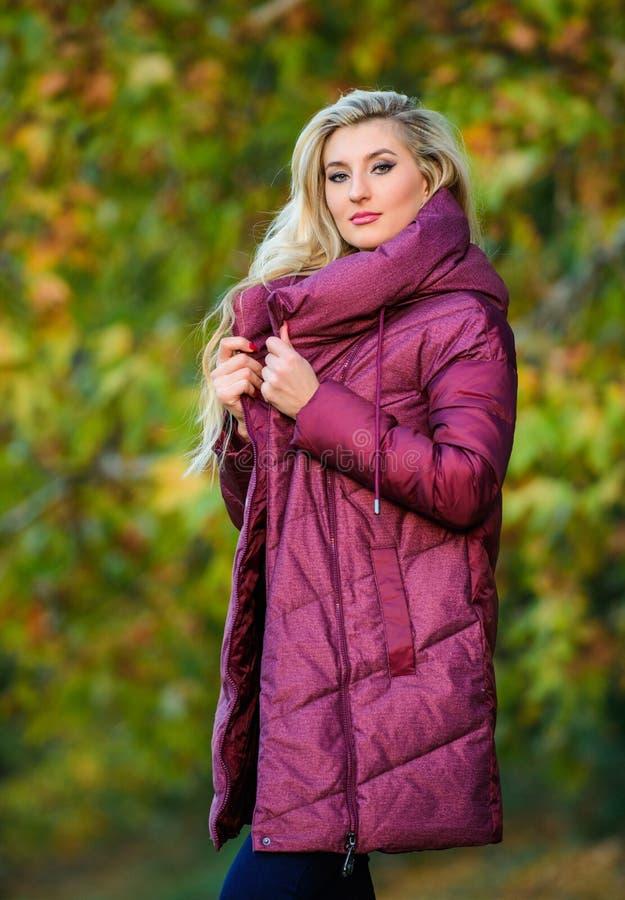 Kurtki everyone muszą mieć Najlepszy puffer żakiet kupować Jak wybór kurtka Puffer mody pojęcie Fachowy stylista zdjęcie stock