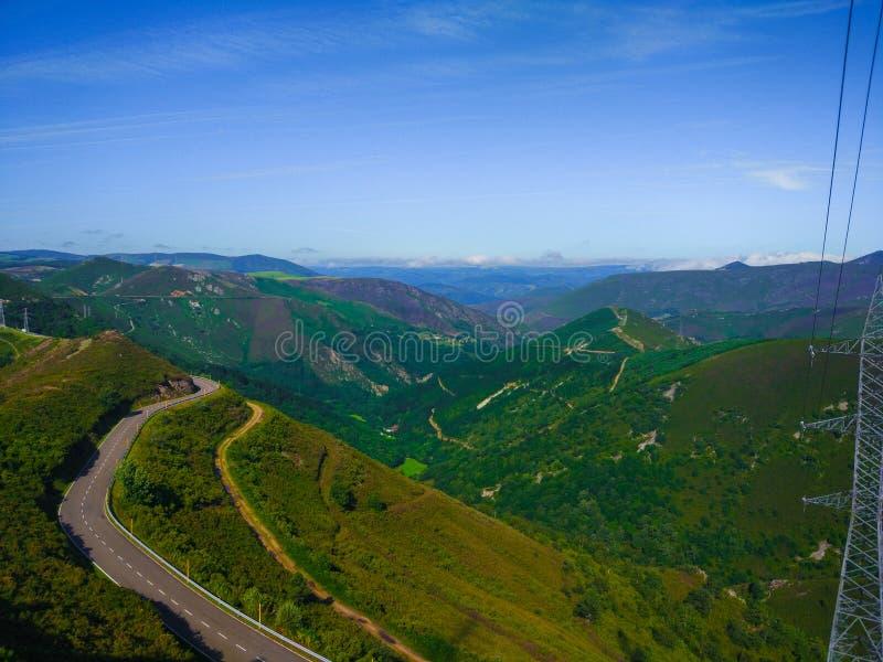 Kurva av en bergväg längs backen Berg på lodisarna arkivfoto