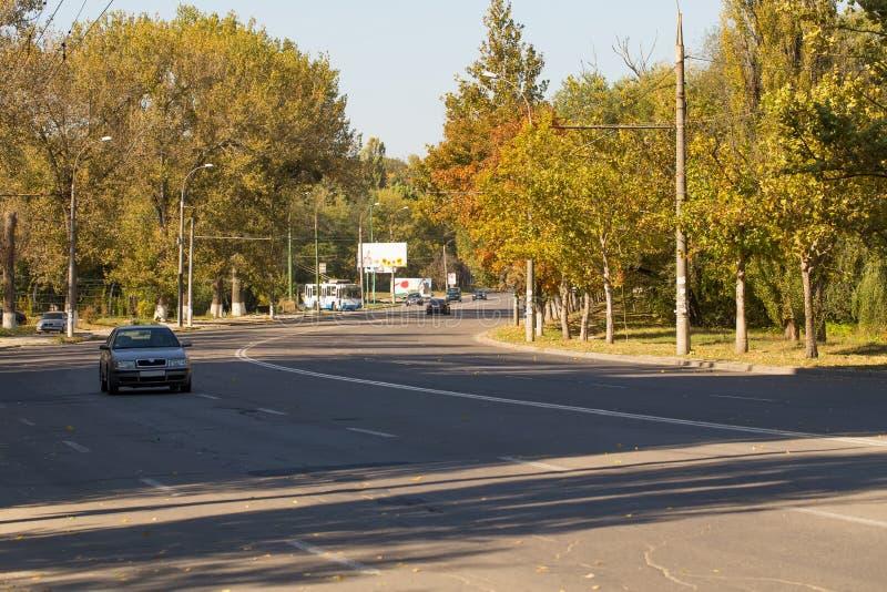 Kurva och bil för stadsväg royaltyfri fotografi