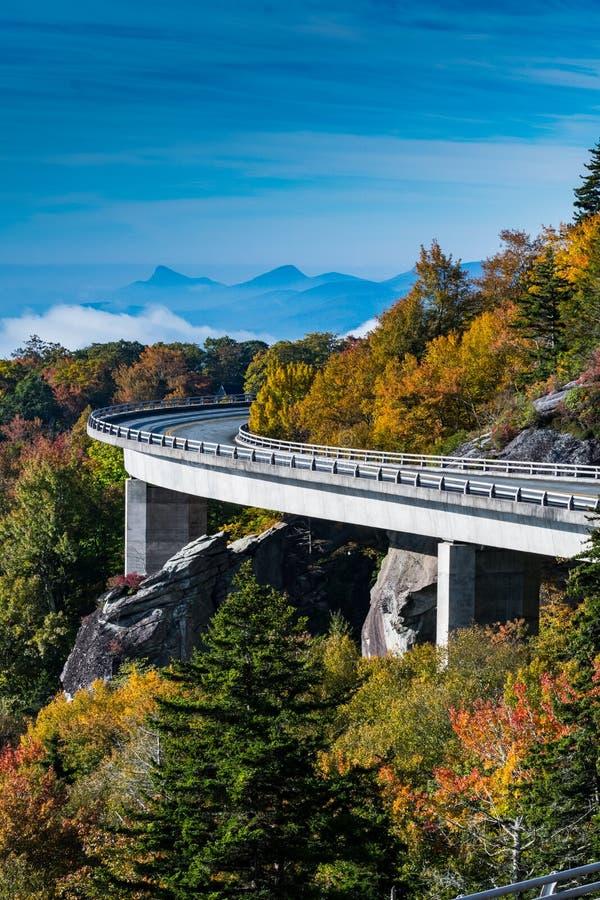 Kurvan av Linn Cove Viaduct i nedgång arkivbilder