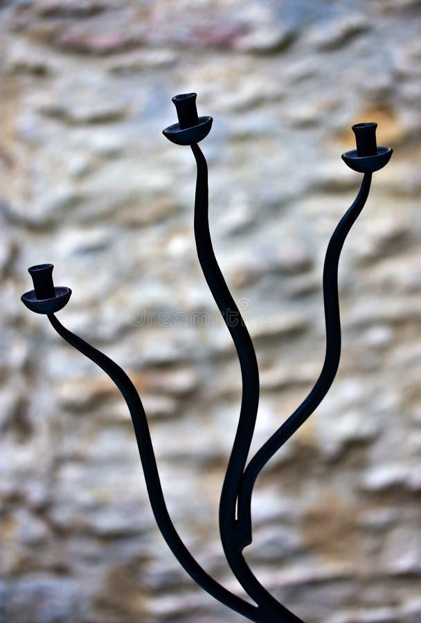 Kurven des Roheisen-Kerzenhalters lizenzfreie stockfotos