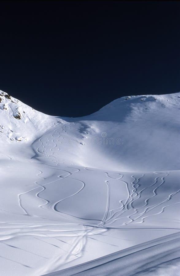 Kurven im Schnee stockfoto