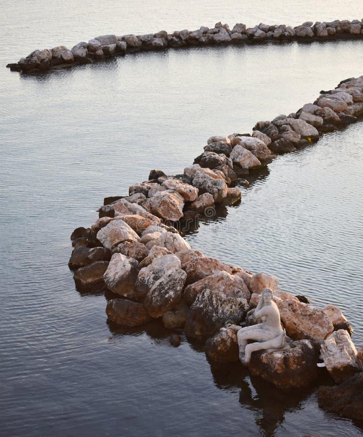 Kurvenfelsen im Meer lizenzfreie stockfotografie