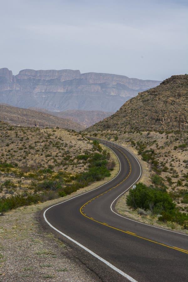 Kurvenreiche Straße, die nirgendwo führt lizenzfreies stockfoto