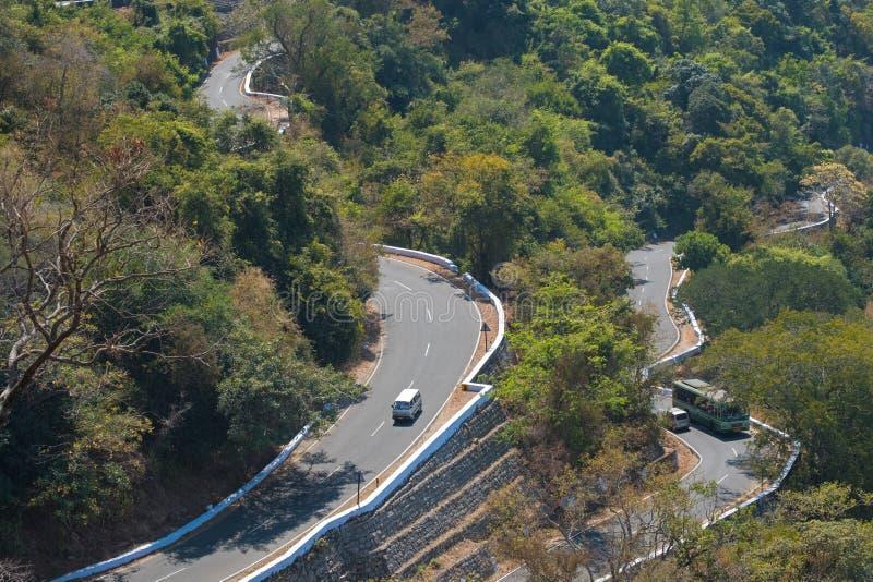 Kurvenreiche Straße im Tamil Nadu stockbild