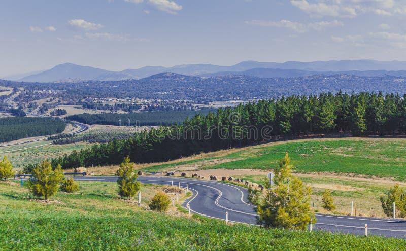 Kurvenreiche Straße, Wald und Berge - Ansicht vom nationalen Arboretum Canberra, Australien lizenzfreies stockfoto