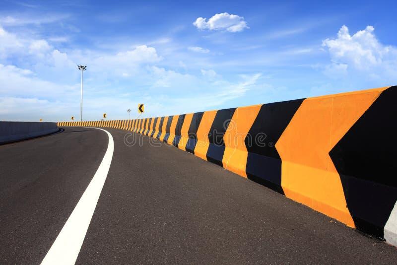 Download Kurvenstraße stockbild. Bild von blau, achtung, begrenzung - 26371043