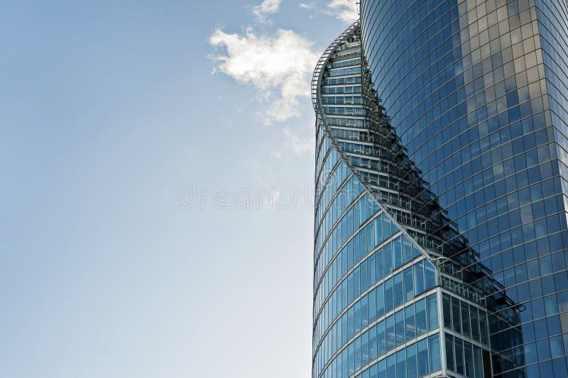 Kurvor av modern glass byggnad arkivbilder