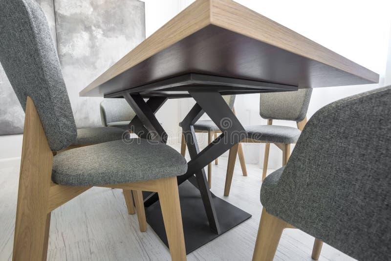 Kurvt dekorative Beine der Tabelle und des Stuhls Ansicht von unten lizenzfreie stockfotografie