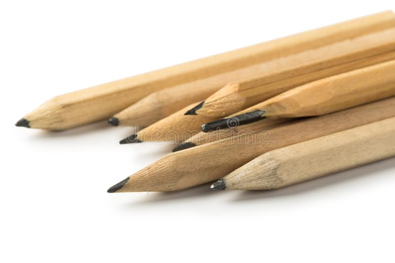 Kurze Bleistifte auf lokalisiertem weißem Hintergrund lizenzfreie stockbilder
