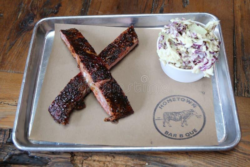 Kurze Rippe BBQ und coleslow Salat dienten im Restaurant der Heimatstadt-Bar B Que lizenzfreie stockbilder