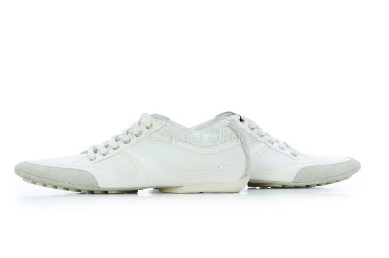 Kurze Schuhe getrennt auf dem Weiß stockfoto