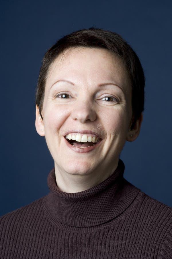 Kurzer Haarschnitt mit einem großen Lächeln stockfotografie