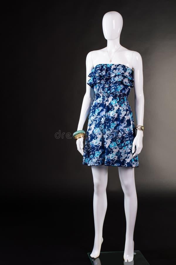 Kurzes blaues kleid