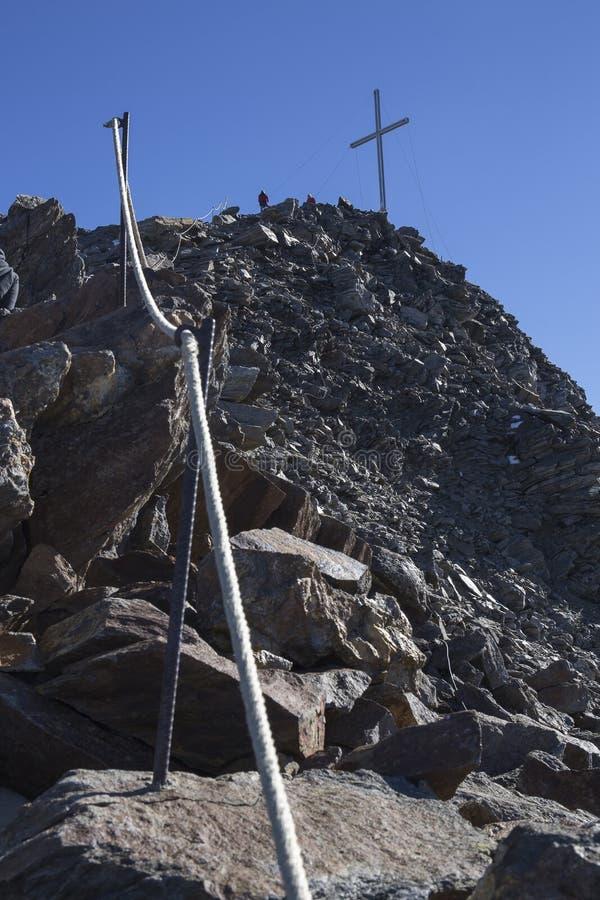 Kurzras Maso Corto - de skitoevlucht Val Senales Glacier Schnalstaler Gletscher met piekgrawand stock fotografie