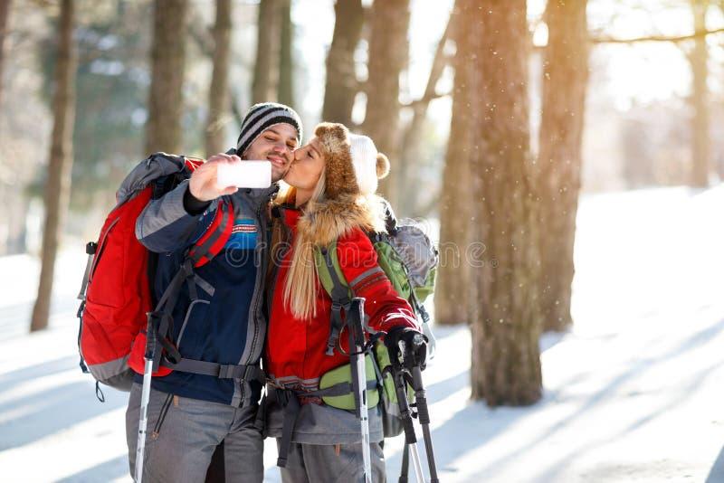 Download Kus Op De Wintervakantie Voor Geheugen Stock Foto - Afbeelding bestaande uit gelukkig, rugzak: 107706094