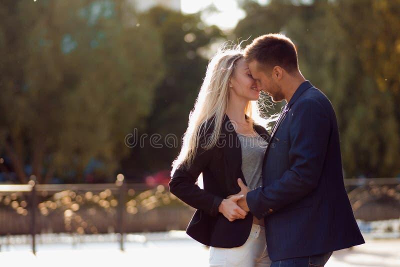 Kus Paar in liefde Portret van aantrekkelijk gelukkig meisje en de kerel royalty-vrije stock afbeeldingen