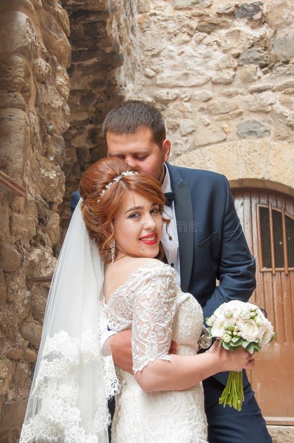 kus van de bruid en de bruidegom Huwelijk in de oude stad wordt geschoten die warm royalty-vrije stock foto