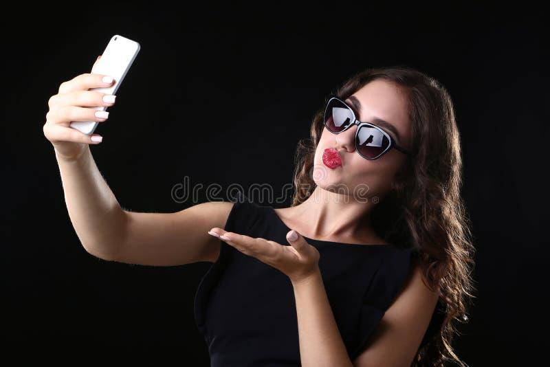 Kus verzenden en vrouw die selfie maken royalty-vrije stock foto