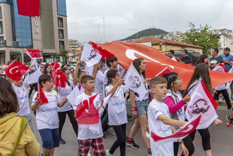 Kusadasi,土耳其,05/19/2019:在城市的街道上的一次庆祝 愉快的人民为示范出来了 库存图片