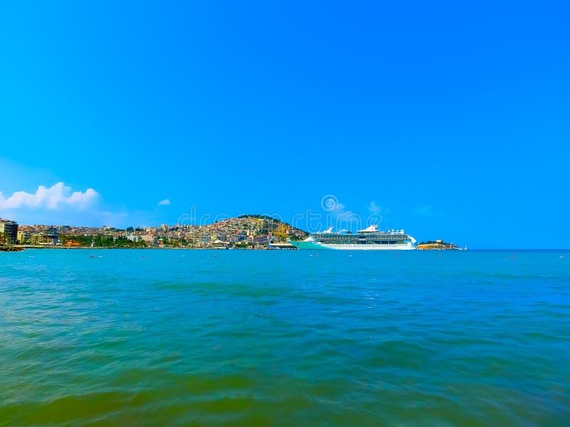 Kusadasi, Турция - 9-ое июня 2015: Великолепие туристического судна морей королевским карибским International на порте Kusadasi стоковые фото