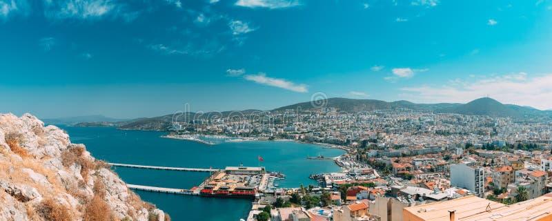 Kusadasi, Aydin, Provinz Ayd, Türkei Strandpromenade und Kusadasi City im sonnigen Sommer Panoramasicht auf Kusadasi lizenzfreies stockfoto